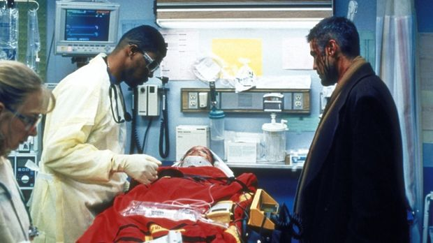 Dr. Ross (George Clooney, r.) würde Dr. Benton (Eriq LaSalle, l.) gerne helfe...