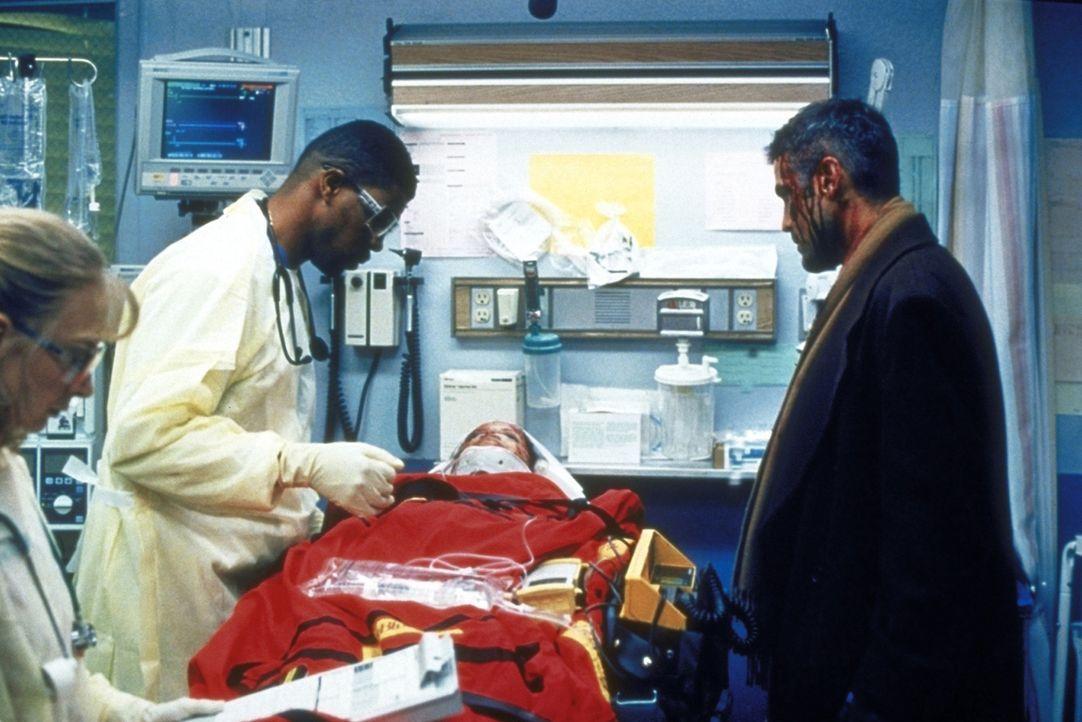 Dr. Ross (George Clooney, r.) würde Dr. Benton (Eriq LaSalle, l.) gerne helfen, die Opfer des Schulbusunfalles zu behandeln, doch die Zeit des Kind... - Bildquelle: TM+  2000 WARNER BROS.