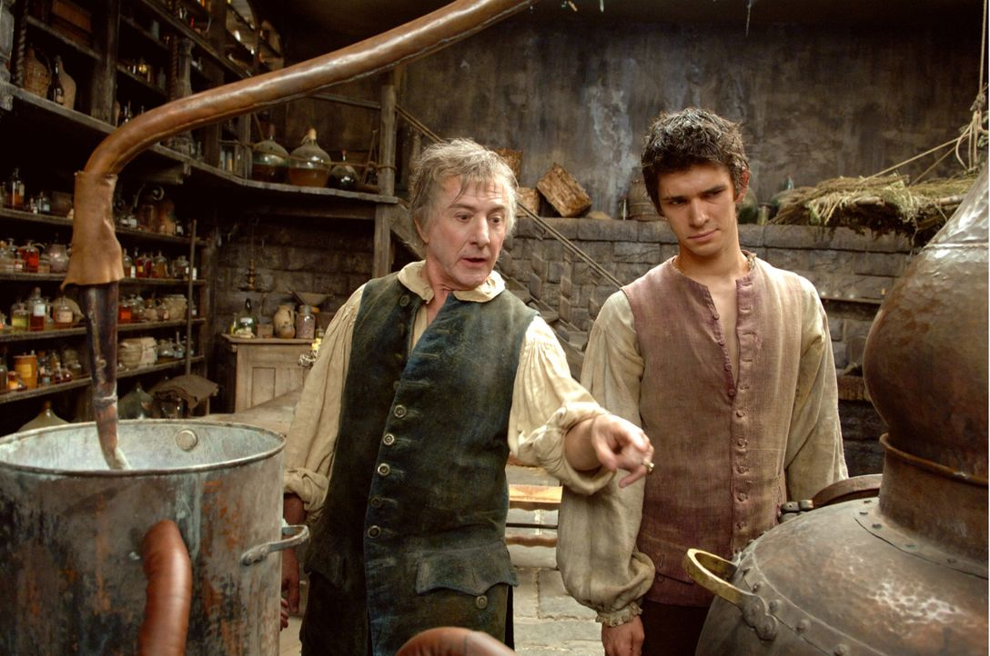 Nach einer grauenvollen Zeit in der Gerberei von Grimal nimmt Giuseppe Baldini (Dustin Hoffman, l.) das Geruchstalent Grenouille (Ben Whishaw, r.) b... - Bildquelle: Constantin Film Verleih GmbH