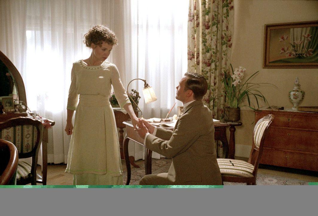 Nach dem verpatzten Verlobungsabend hält Julius (Matthias Ziesing, r.) bei Christine (Greta Galisch de Palma, l.) auf Knien um ihre Hand an... - Bildquelle: Aki Pfeiffer Sat.1