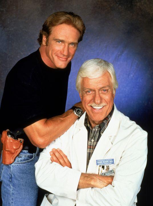 Ein eingespieltes, erfolgreiches Gespann: Dr. Mark Sloan (Dick Van Dyke, r.), Oberarzt einer Klinik und medizinischer Berater der Polizei, und sein... - Bildquelle: CBS Studios Inc. All Rights Reserved.