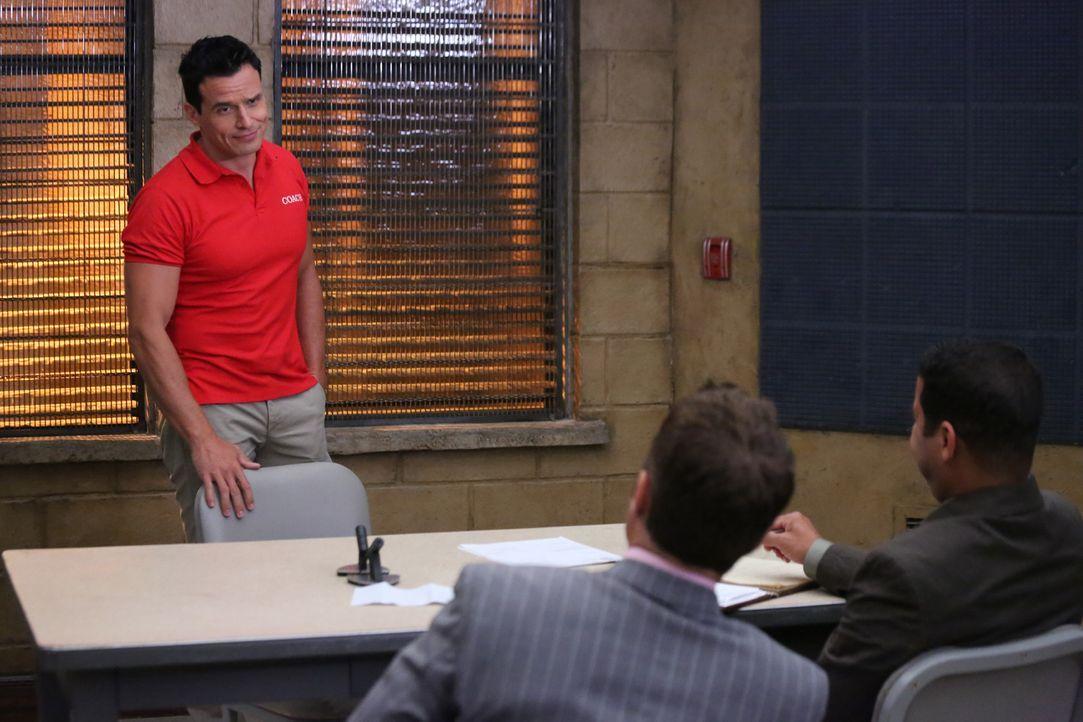 Kevin Ryan (Seamus Dever, M.) und Javier Esposito (Jon Huertas, r.) verhören den Verdächtigen Ramon Russo (Antonio Sabato jr., l.). Können sie ihm e... - Bildquelle: ABC Studios