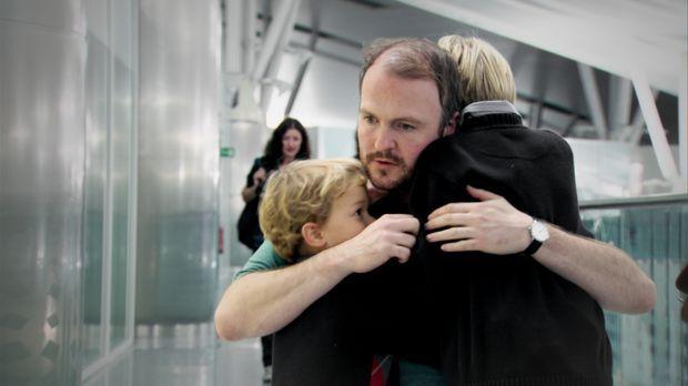 Der irische Krankenpfleger Stephen Cominsky verabschiedet sich am Flughafen v...