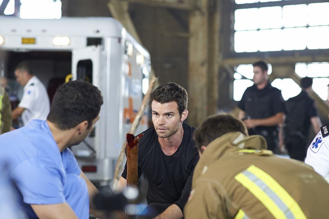 Joel (Daniel Gillies, M.) tut alles, um das Leben eines Freundes zu retten ... - Bildquelle: 2013  Hope Zee Two Inc.