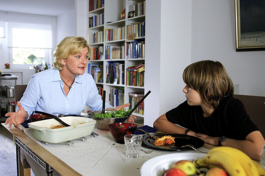 Moritz' (Johann Hillmann, r.) Tante Sybille (Saskia Vester, l.) ist verzweifelt. Sie will, dass er sich anzieht wie andere Jungs in seinem Alter, so... - Bildquelle: Christian Hartmann Sat.1