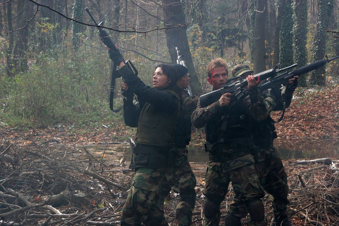 Nehmen den Kampf mit den mutierten und äußerst aggressiven Fledermäusen auf: Katya (Pollyanna McIntosh, l.), Russo (David Chokachi, r.) und Downe... - Bildquelle: CPT Holdings, Inc. All Rights Reserved. (Sony Pictures Television International)