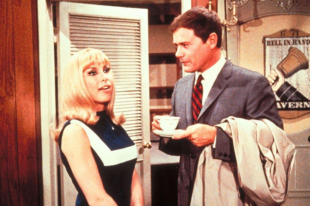 Tony (Larry Hagman, r.) ist bereit, den Jahrestag ihrer Bekanntschaft mit Jeanie (Barbara Eden) zu verbringen. - Bildquelle: Columbia Pictures