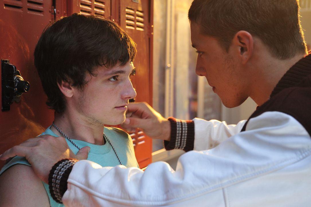 Seit langem prügelt Schul-Rowdy Billy (Parker Bagley, r.) besonders gerne auf Clayton (Josh Hutcherson, l.) ein. Da verliebt sich der Junge ausgerec... - Bildquelle: 2011 Detention Films, LLC. All Rights Reserved.