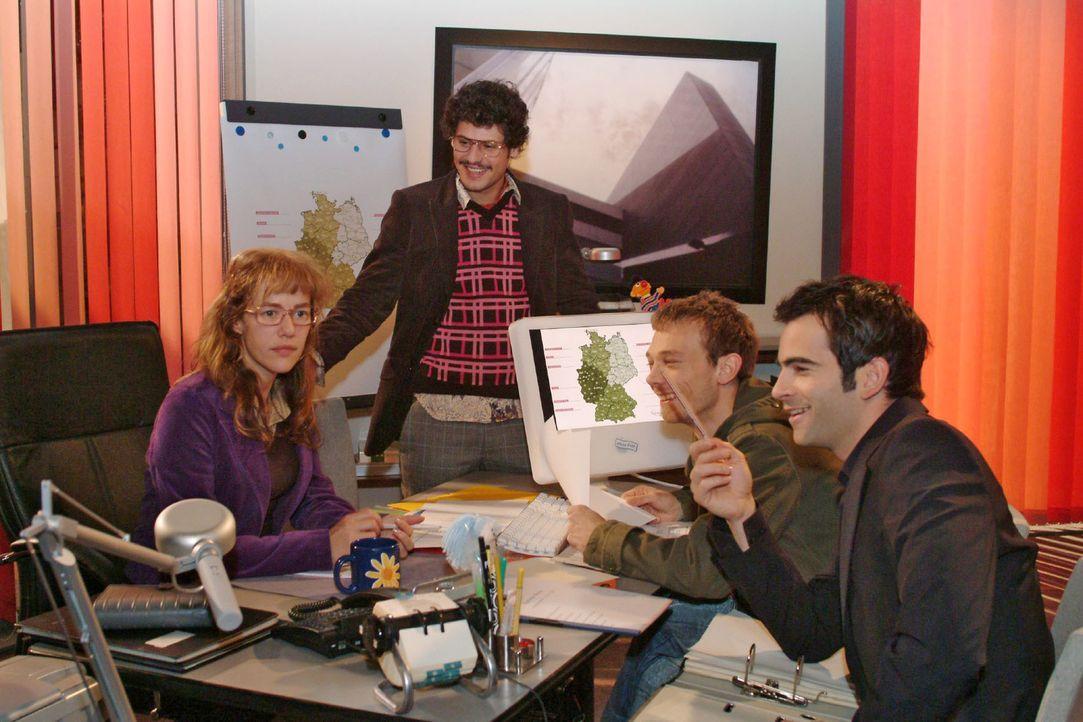 Lisa (Alexandra Neldel, l.) ist erleichtert, dass David (Mathis Künzler, r.) sich in der Zusammenarbeit mit Rokko (Manuel Cortez, 2.v.l.) und Jürgen... - Bildquelle: Monika Schürle Sat.1