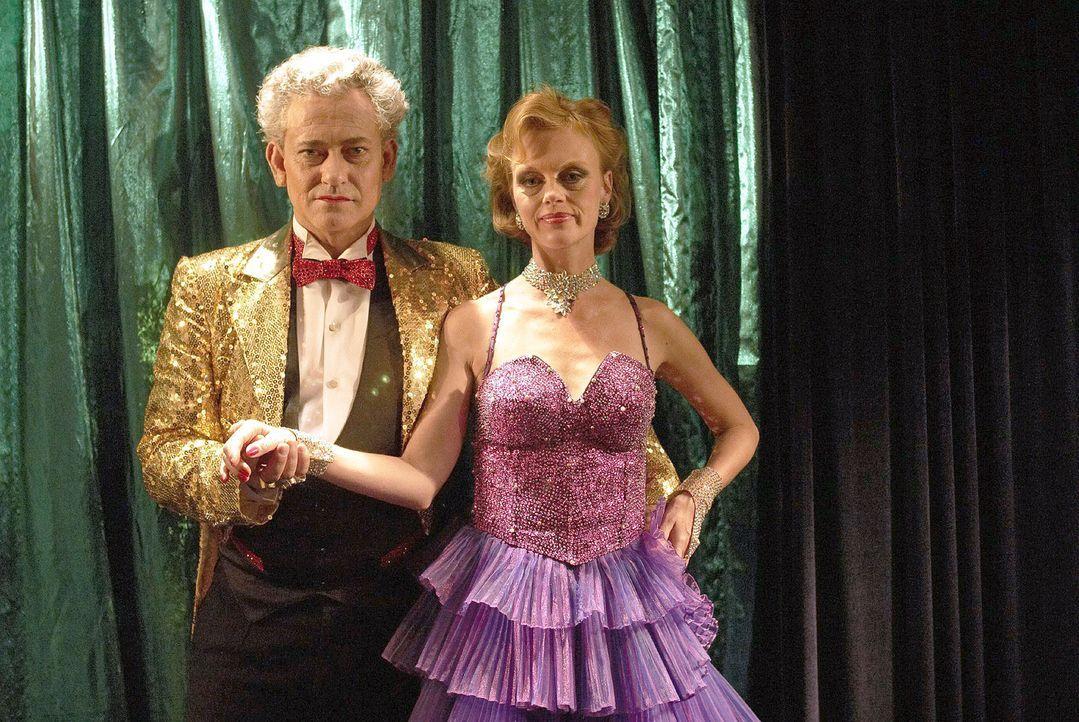Der Auftritt von Zauberer Kaminsky (Rolf Kanies, l.) und seiner Lebensgefährtin Martha Beyer (Jessica Kosmalla, r.) ist die Überraschung bei Rambold... - Bildquelle: Walter Wehner Sat.1