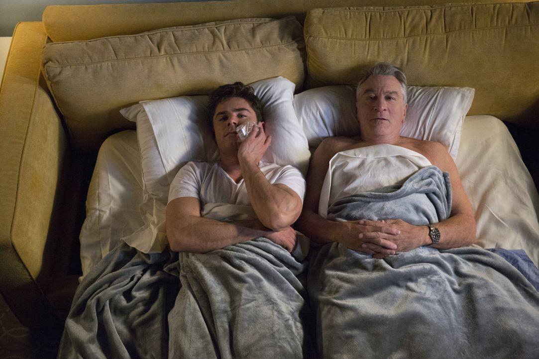 Eine wilde Partyreise wartet auf Jason (Zac Efron, l.) und seinen Großvater Dick (Robert De Niro, r.), obwohl die beiden eigentlich vorhatten, einen... - Bildquelle: 2016 Constantin Film Verleih GmbH