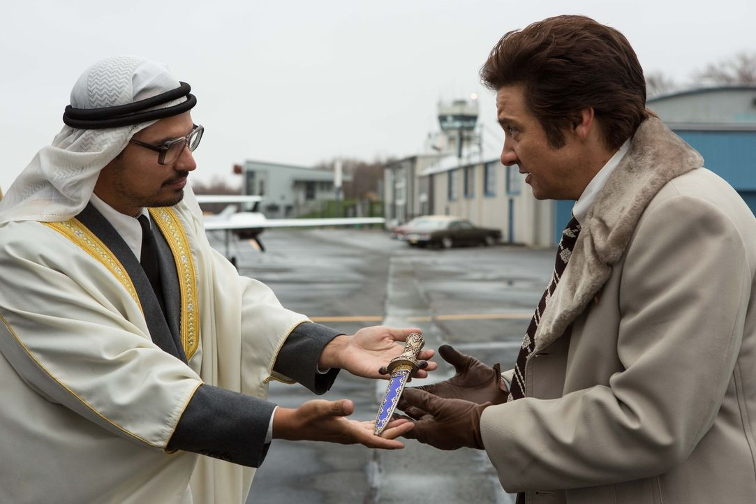 Niemand ahnt, dass der scheinbar steinreiche Scheich (Michael Peña, l.) nur ein guter Freund von Irving ist, der den unter Korruptionsverdacht stehe... - Bildquelle: TOBIS TFILM