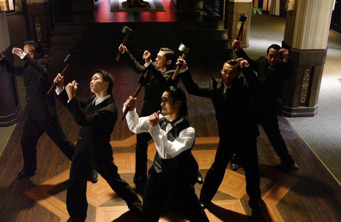 Shanghai in den 40er Jahren: Die Stadt wird von rivalisierenden Banden beherrscht. Am schlimmsten treibt es die Axt-Gang, deren Boss (Suet Lam, M.)... - Bildquelle: 2004 Columbia Pictures Film Production Asia Limited. All Rights Reserved.