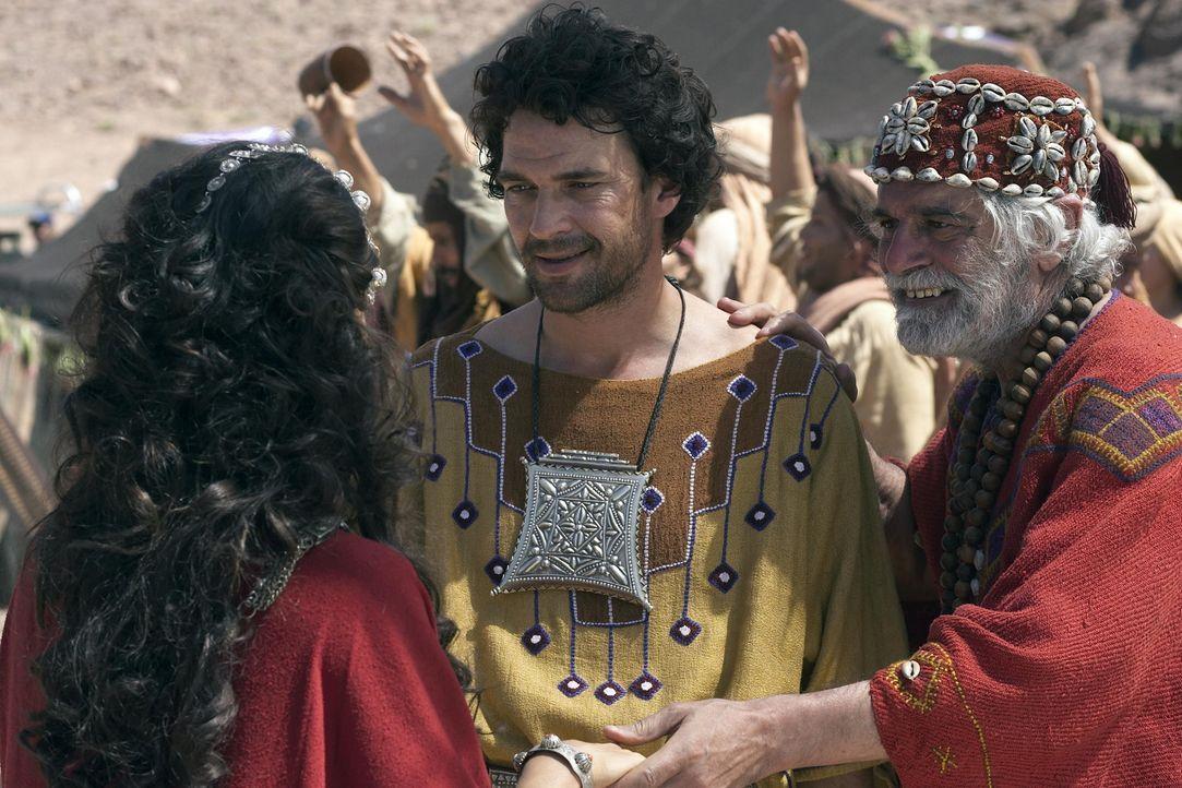 Als junger Mann flieht Moses (Dougray Scott, M.) in die Wüste, nachdem er im Zorn einen Sklavenaufseher erschlagen hat. Dort heiratet er Zipporah (... - Bildquelle: Hallmark Entertainment