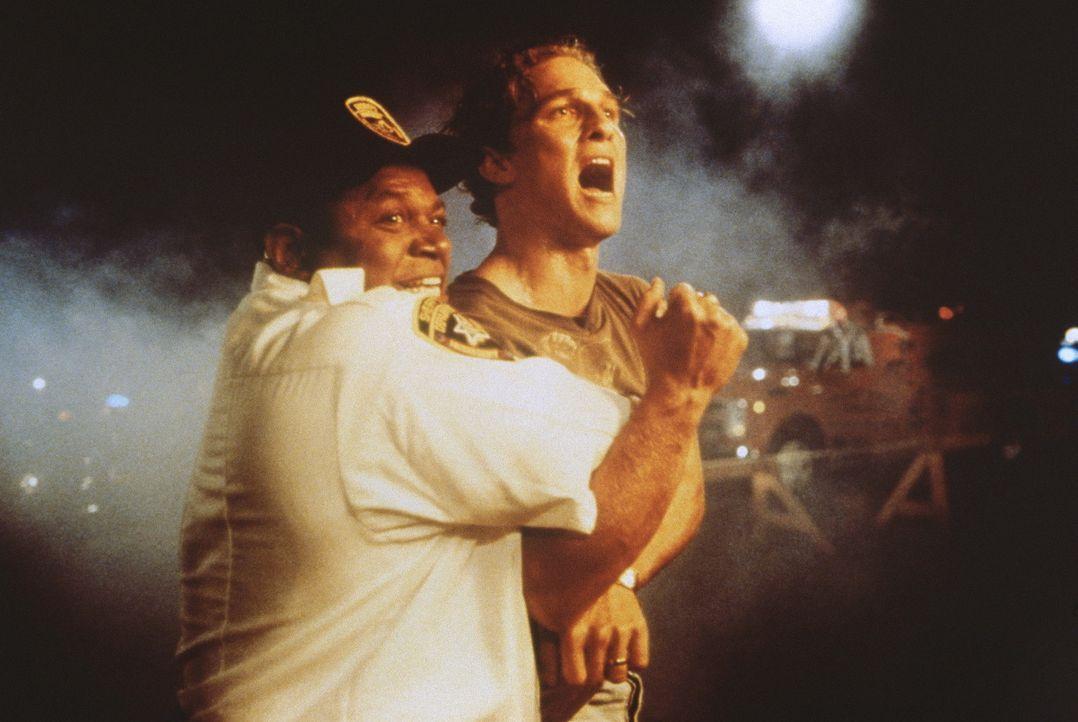 Die Bedrohung durch verblendete Mitglieder des Ku-Klux-Klans wird immer größer: Verteidiger Brigance (Matthew McConaughey, r.) muss sich zwischen... - Bildquelle: Warner Bros.