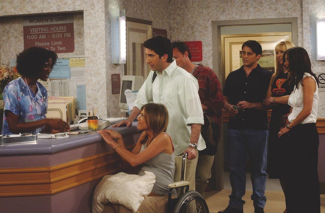 Endlich ist es so weit: Bei Rachel (Jennifer Aniston, 2.v.l.) setzen die Wehen ein. Ross (David Schwimmer, 3.v.l.), Chandler (Matthew Perry, M.), Jo... - Bildquelle: TM+  WARNER BROS.