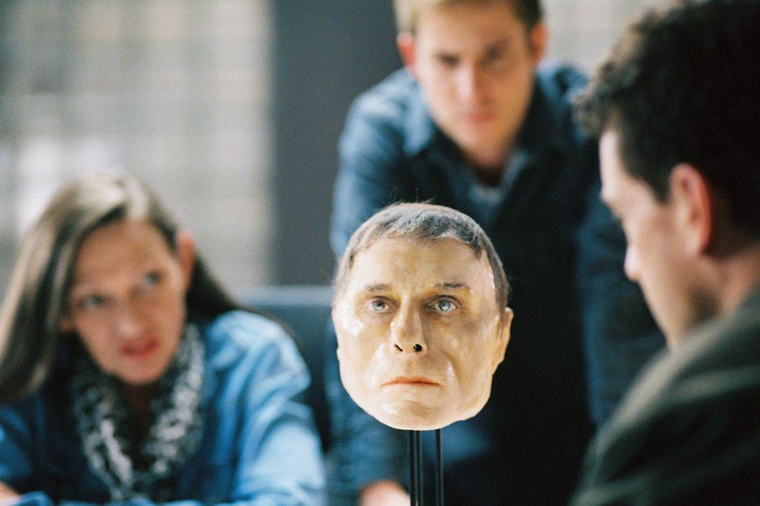 Schnell ist klar, um wen es sich bei dem Toten handelt: Dr. Heitmann (Karin Neuhäuser, l.) präsentiert das Plastinat des Kopfes. - Bildquelle: Tom Trambow Sat.1