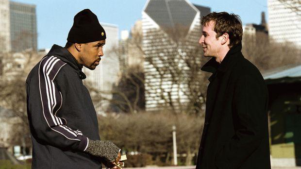 Carter (Noah Wyle, r.) sucht Benton (Eriq LaSalle, l.) auf dessen Joggingrout...