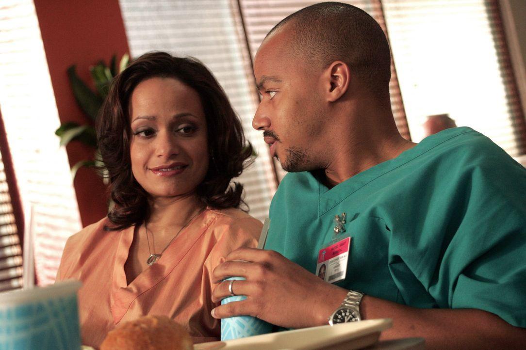 Denken sich Namen für ihre Babys aus: Turk (Donald Faison, r.) und Carla (Judy Reyes, l.) ... - Bildquelle: Touchstone Television