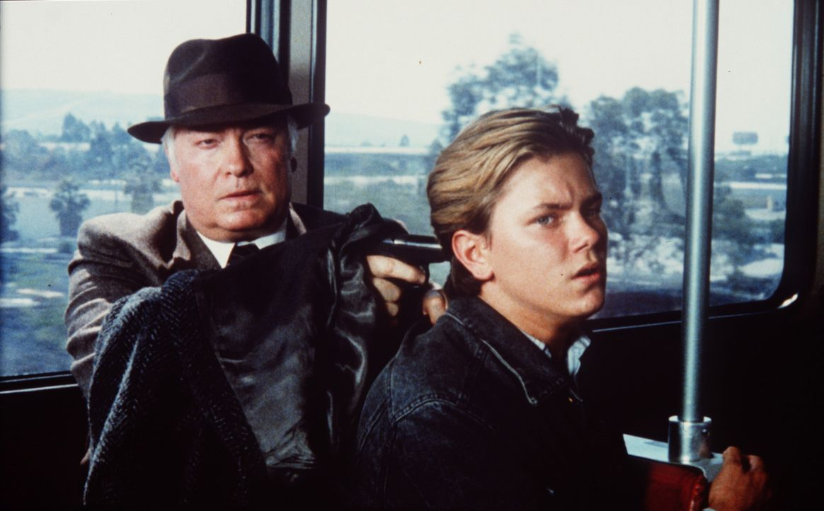 Jeffrey Grant (River Phoenix, r.) wird von dem zwielichtigen Konstantin Karpov (Richard Bradford, l.) als Geisel gehalten ... - Bildquelle: Columbia Pictures