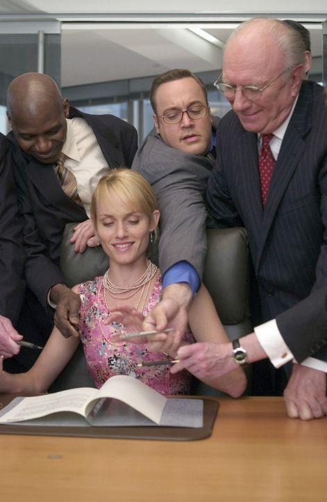 """Albert (Kevin James, hinten M.) ist beileibe kein leichter Fall. Trotz intensivem Nachhilfeunterricht in Sachen """"Wie nähere ich mich einer Frau ohn... - Bildquelle: Sony Pictures Television International. All Rights Reserved."""