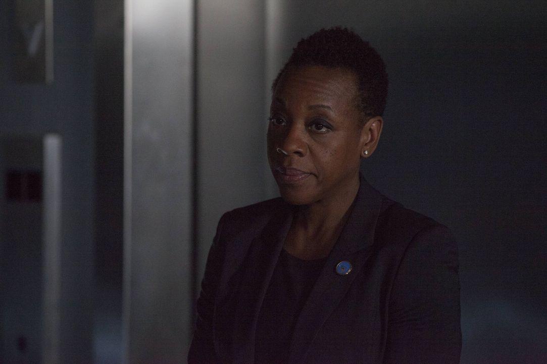 Mayfair (Marianne Jean-Baptiste) wird des Mordes anklagt - und die Beweislage ist erdrückend. Denn monatelang hat Jane unwissend den Gegnern der FBI... - Bildquelle: Warner Brothers
