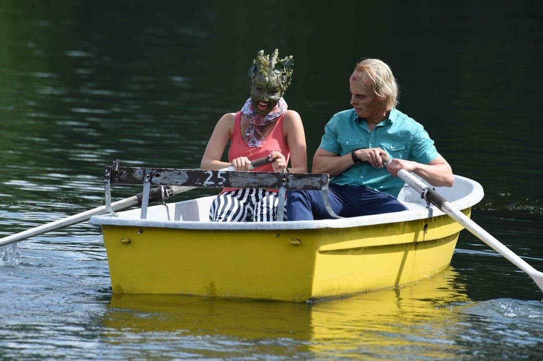Eine Bootsfahrt, die ist lustig - auch für Sumpflady Isabel (l.) und Frankenstein Tobias (r.)? - Bildquelle: Andre Kowalski sixx
