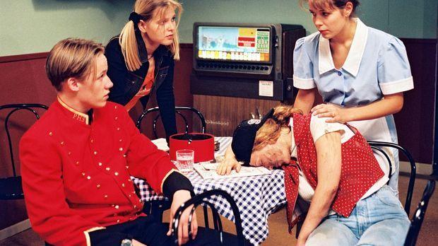 Als ein ziemlich verschmutztes Mädchen (Patricia Lueger, 2.v.r.) im Hotel ein...