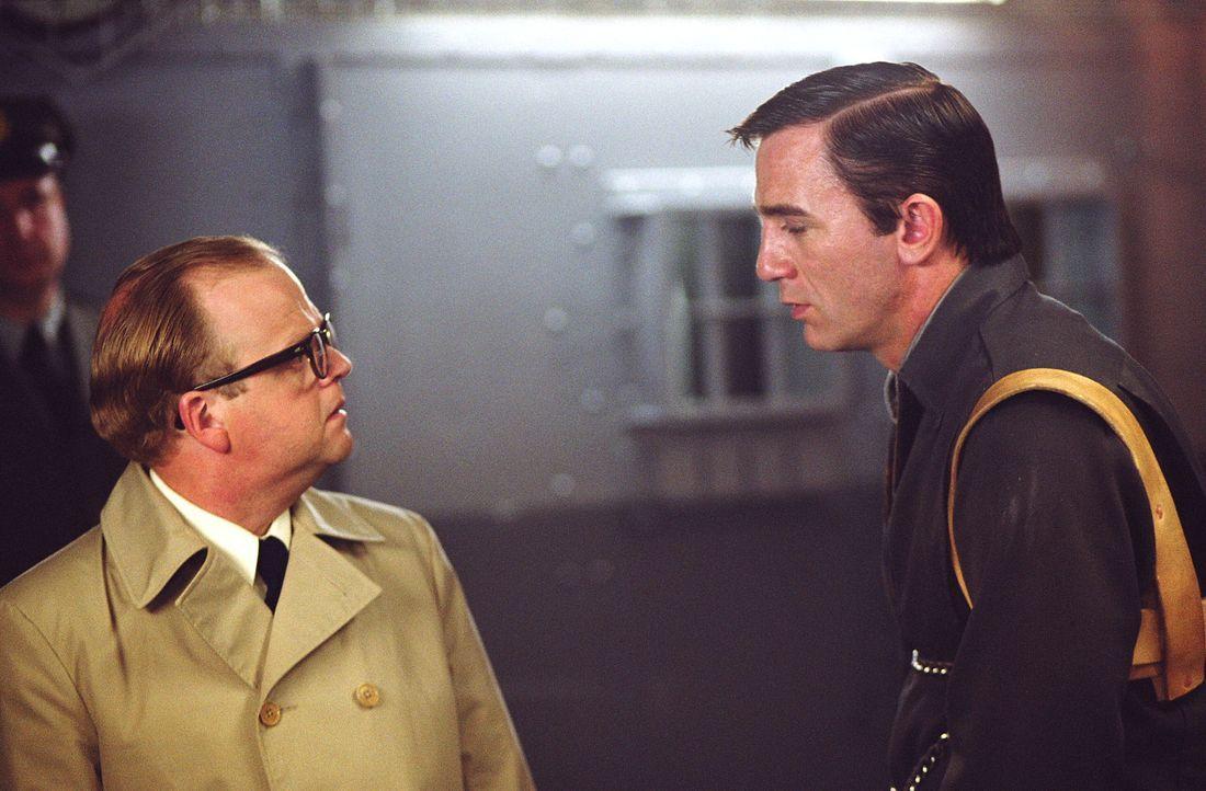 Im Laufe seiner Recherchen zu einem kaltblütigen Mord entwickelt Capote (Toby Jones, l.) immer mehr eine ganz besondere Beziehung zu dem Täter, Perr... - Bildquelle: Warner Brothers International Television Distribution Inc.
