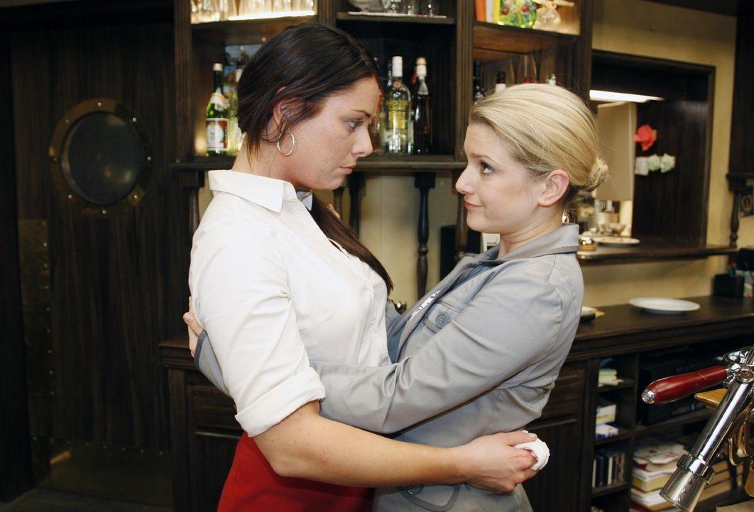 Anna (Jeanette Biedermann, r.) erfährt, dass Paloma (Maja Maneiro, l.) und Lars sich getrennt haben. Trotz ihrer eigenen Probleme tröstet Anna ihre... - Bildquelle: Noreen Flynn Sat.1