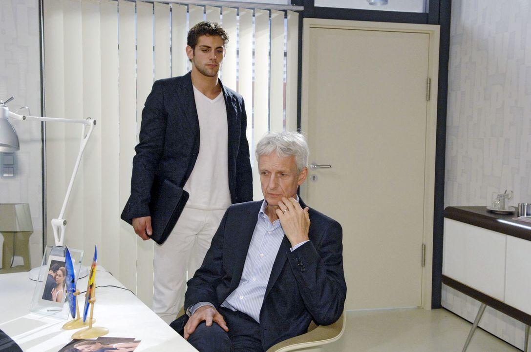 Jonas (Roy Peter Link, l.) stelllt seinen Vater (Mathieu Carrière, r.) zur Rede ... - Bildquelle: Claudius Pflug Sat.1