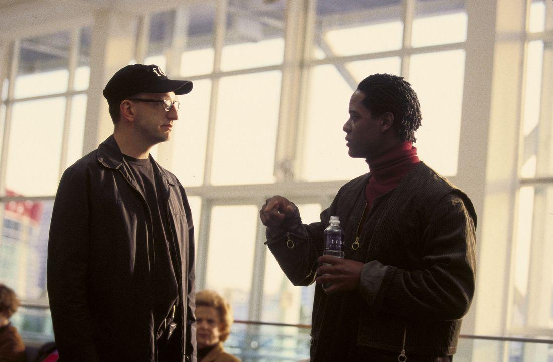 Am Set: Steven Soderbergh (l.) und sein Hauptdarsteller Blair Underwood (r.) - Bildquelle: Miramax