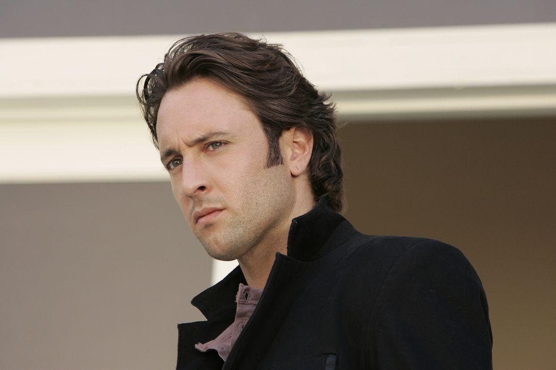 Mick (Alex O'Loughlin) wird um einen heiklen Gefallen gebeten: Beth ersucht den Detektiv, ihr bei der Suche nach ihrem Freund zu helfen ... - Bildquelle: Warner Brothers