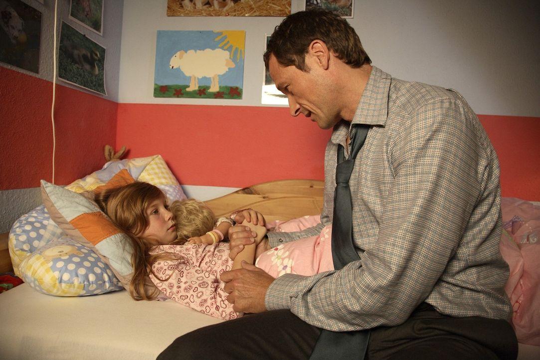 Im Bett erzählt Betty (Kara Mc Sorley, l.) ihrem Vater (Markus Knüfken, r.) von ihren Visionen, dass einer der Familie sterben wird ... - Bildquelle: Michael Kohler Sat.1