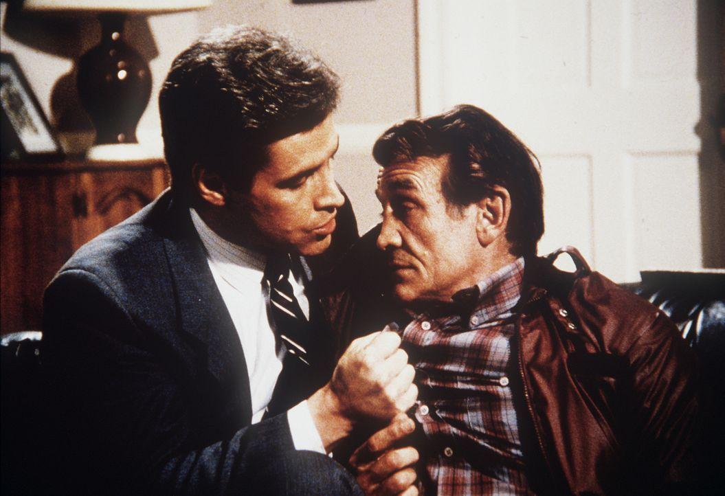 Quisguard (Andrew Masset, l.) bedrängt den Ex-Boxer Bonfelli (Dick Bakalyan, r.), ihm zu sagen, wo sich die brisante Liste befindet ...