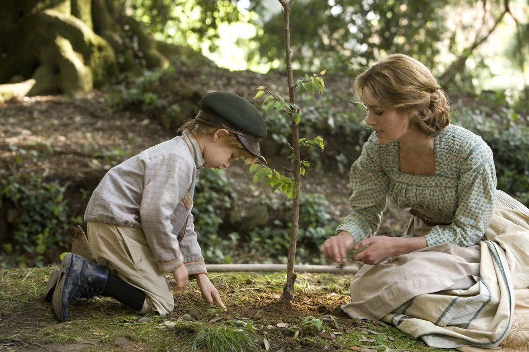 Während ihr Mann auf einer Geschäftsreise ist, kümmert sich Helene (Keira Knightley, r.) liebevoll um ihren Sohn ... - Bildquelle: Warner Bros. Television