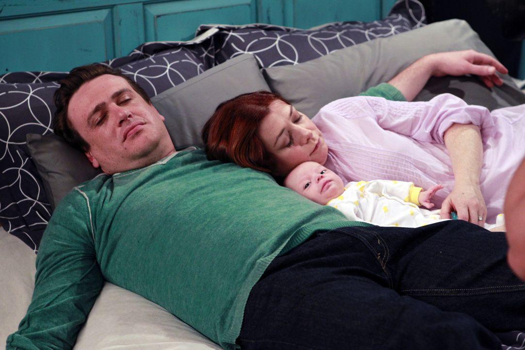 Robin hat es geschafft - sie hat das perfekte Bild von Marshall (Jason Segel, l.) und Lily (Alyson Hannigan, r.) und ihrem Sohn Marvin geschossen ... - Bildquelle: 20th Century Fox International Television