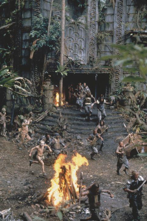 Auf der Gefängnisinsel Absolom liefern sich die zwei verfeindeten Stämme blutige Gefechte ... - Bildquelle: Columbia Tristar International Television