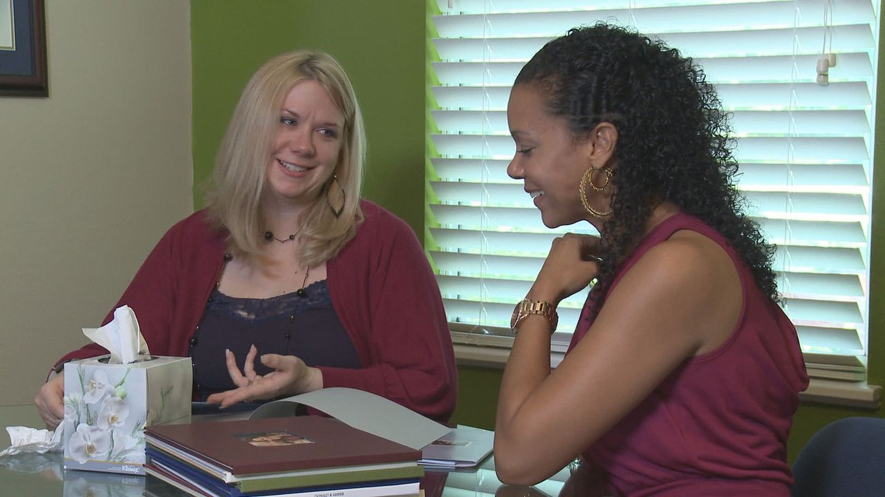 Die Adoptionsberaterin Nichol (r.) kann Mary (l.) die Entscheidung nicht abnehmen ... - Bildquelle: Universal Pictures