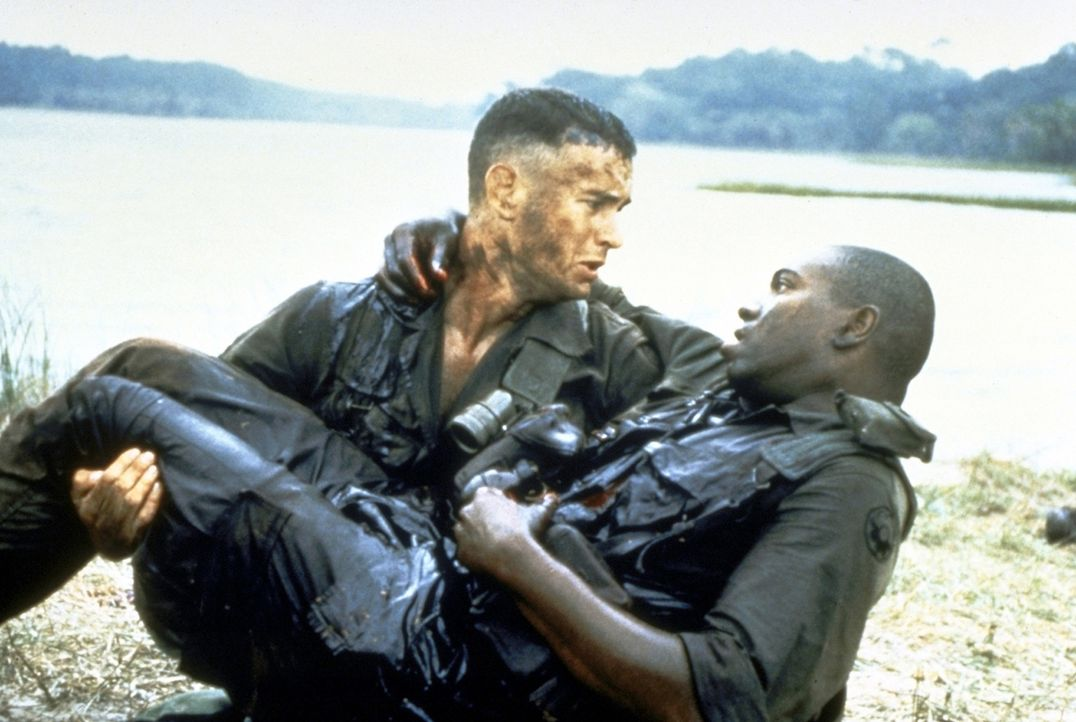 Im Vietnamkrieg freundet sich Forrest (Tom Hanks, l.) mit dem farbigen Bubba (Mykelti Williamson, r.) an ... - Bildquelle: Paramount Pictures