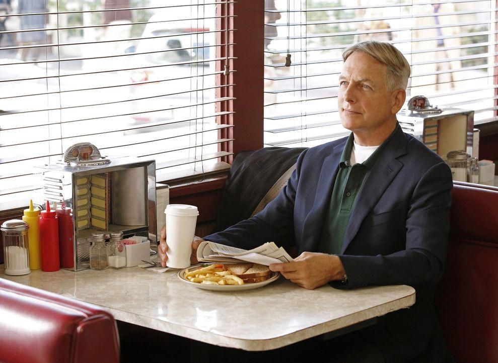 Während das Team einen Fall von Fahrerflucht untersucht, versucht Gibbs (Mark Harmon) die Unschuld einer Navy Sanitäterin reinzuwaschen ... - Bildquelle: 2014 CBS Broadcasting, Inc. All Rights Reserved
