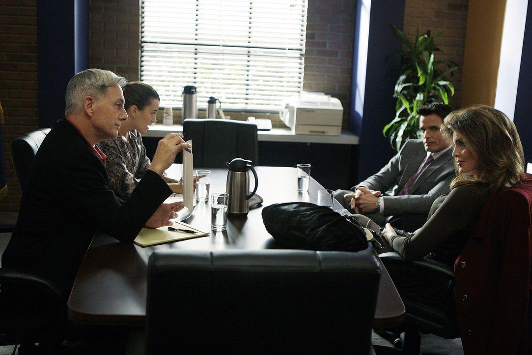 Nachdem der 26-jährige Petty Officer Greg Collins tot aufgefunden wurde, beginnen für Gibbs (Mark Harmon, l.) und Ziva (Cote de Pablo, 2.v.l.) die E... - Bildquelle: CBS Television