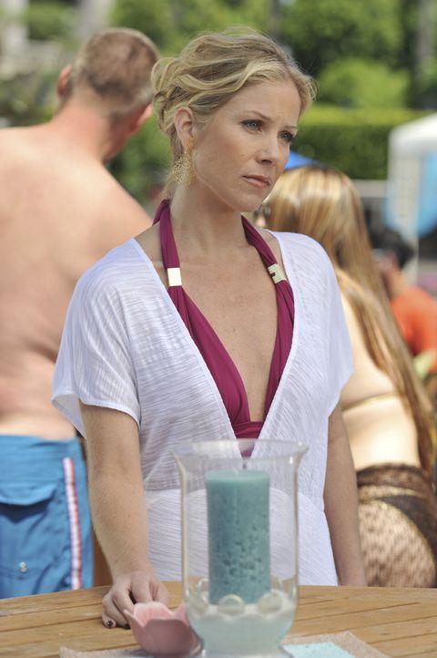 Da Samantha (Christina Applegate) eigentlich nach Afrika wollte, um Gutes zu tun, verschweigt sie allen, dass sie in Miami gelandet ist ... - Bildquelle: American Broadcasting Companies, Inc. All rights reserved.