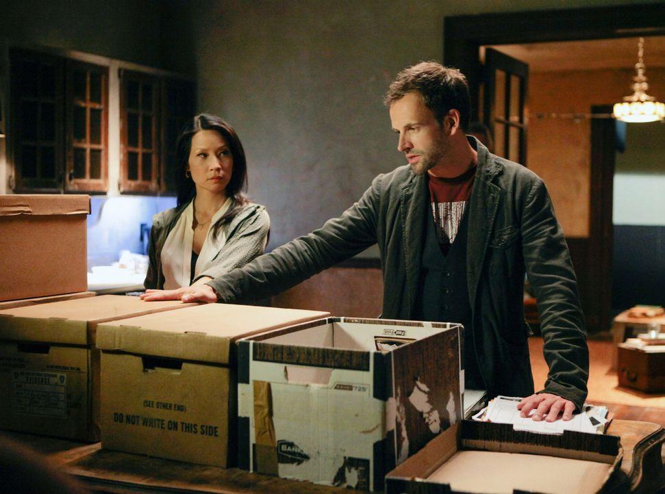 Zusammen beraten sie die Polizei in einem Fall von Kindesentführung: Sherlock (Jonny Lee Miller, r.) und Watson (Lucy Liu, l.) ... - Bildquelle: CBS Television
