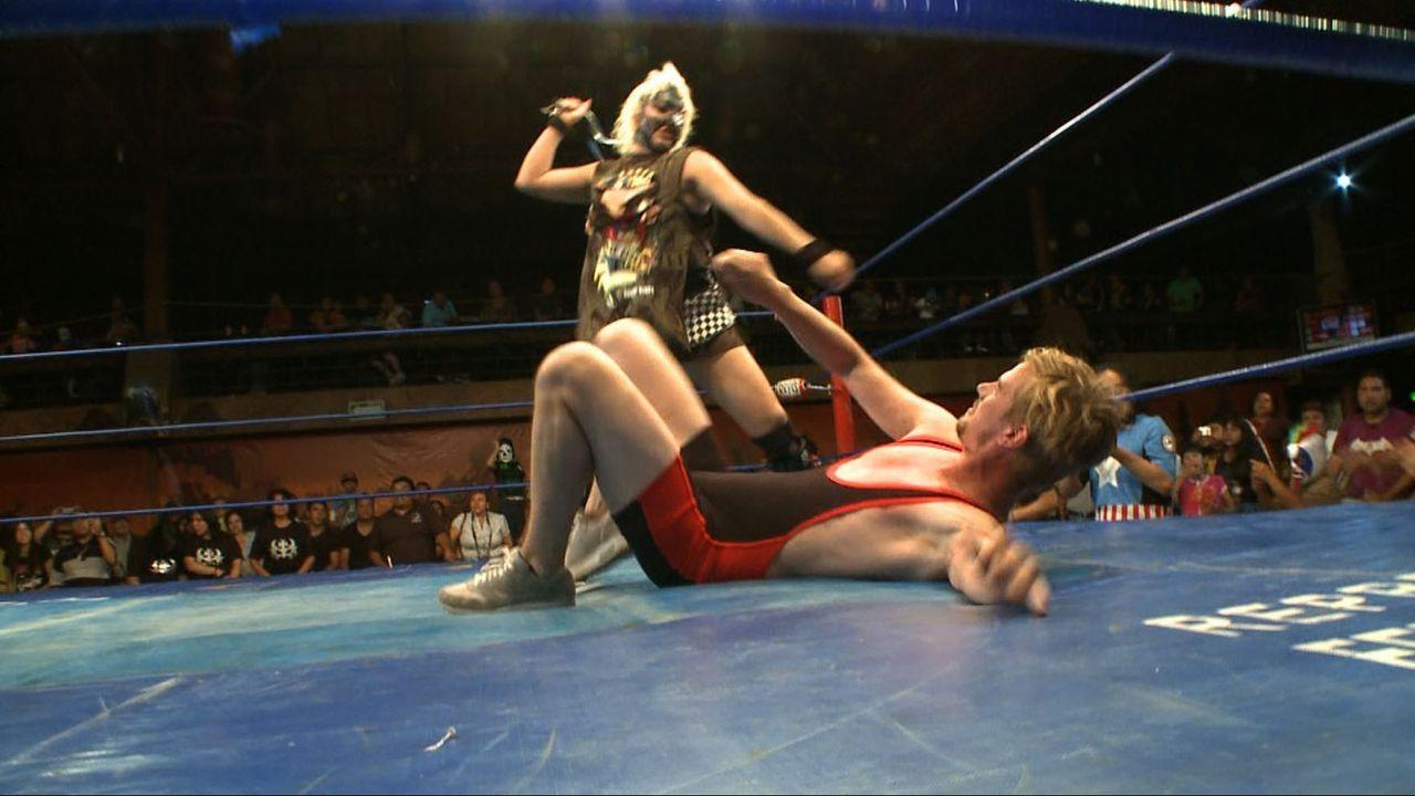 Joko (r.) musste sich in Mexiko City einer ganz besonderen Gegnerin stellen ... - Bildquelle: ProSieben