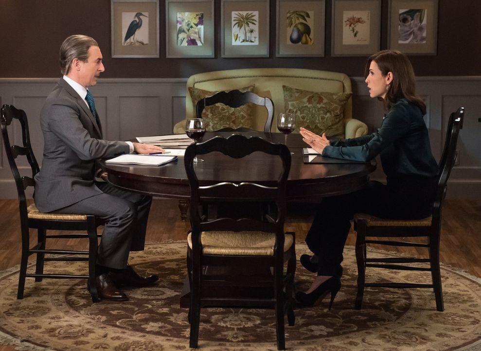 Eli (Alan Cumming, l.) ist perfekt vorbereitet, als Alicia (Julianna Margulies, r) sich entschließt, in den Wahlkampf zu ziehen ... - Bildquelle: Jeff Neumann 2014 CBS Broadcasting Inc. All Rights Reserved.