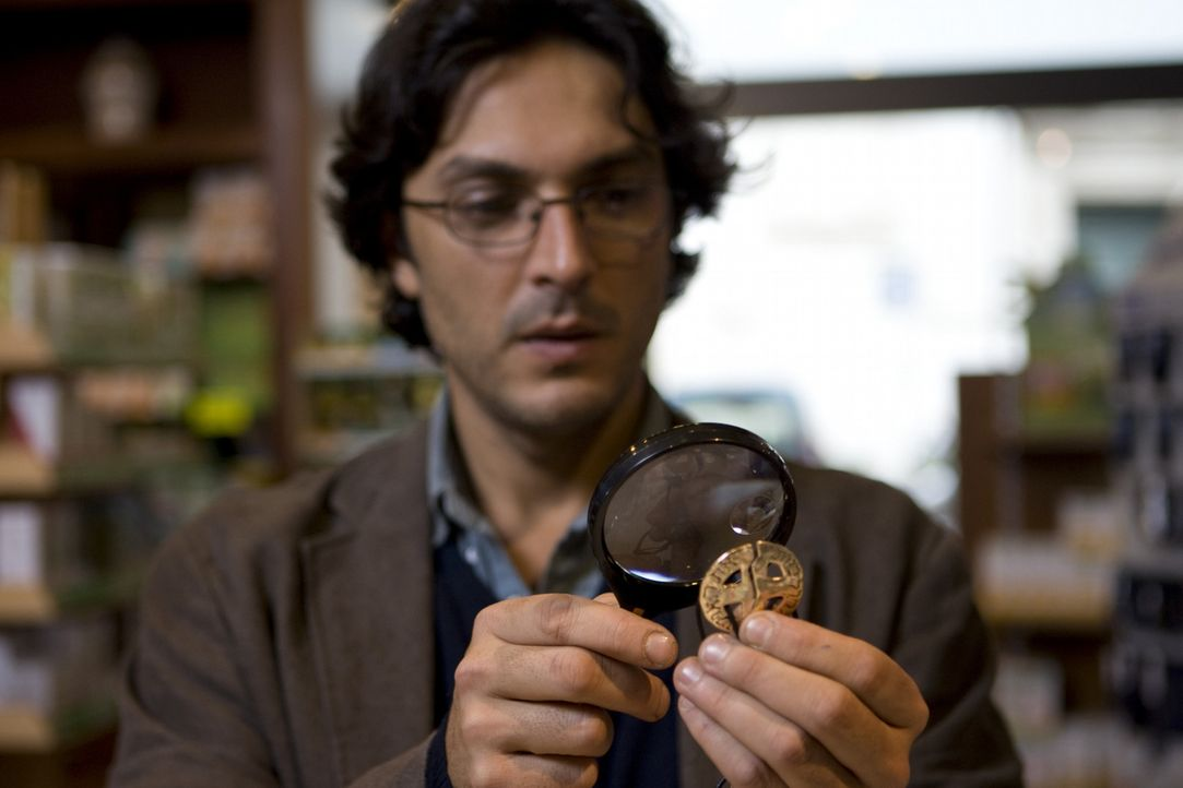 Erst spät erkennt Simon (Olivier Sitruk) die Bedeutung der Inschrift auf Johannas Amulett. Kann er das Attentat auf den Papst noch verhindern? - Bildquelle: Olaf R. Benold ProSieben