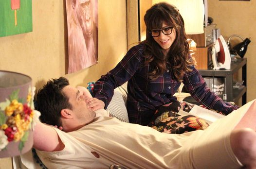 New Girl - Als Jess (Zooey Deschanel, r.) in Nicks (Jake Johnson, l.) Zimmer...