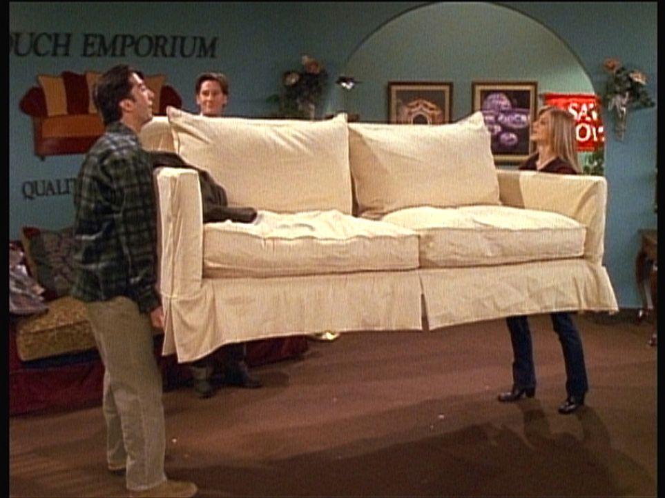 Rachel (Jennifer Aniston, r.) muss Ross (David Schwimmer, l.) beim Transport von dessen neuer Couch helfen. - Bildquelle: TM+  2000 WARNER BROS.