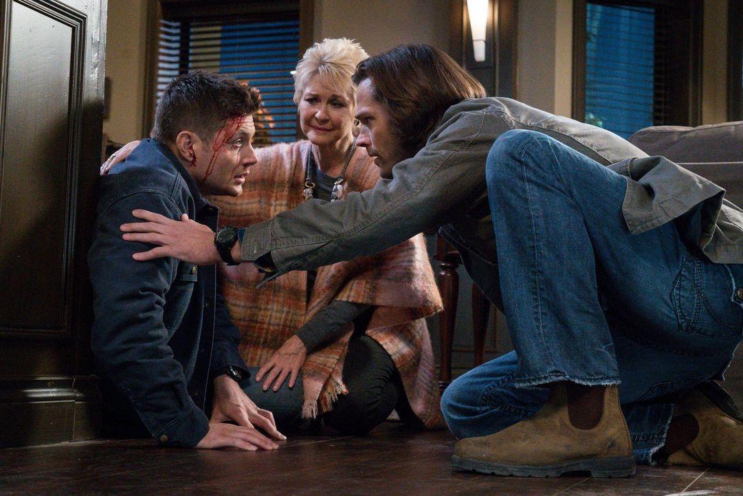 Kann die Altenheimbewohnerin Mildred Baker (Dee Wallace, M.) Dean (Jensen Ackles, l.) und Sam (Jared Padalecki, r.) bei der Aufklärung sonderbarer T... - Bildquelle: 2014 Warner Brothers